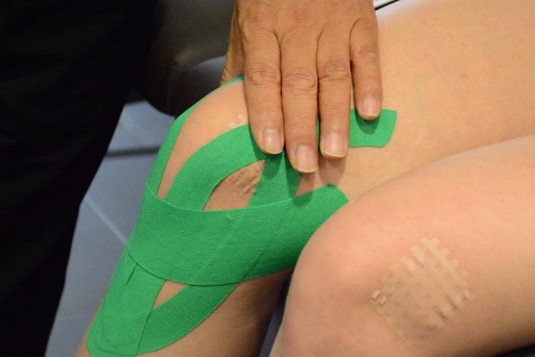 Тейпирование коленных суставов хрустят суставы у новорожденных